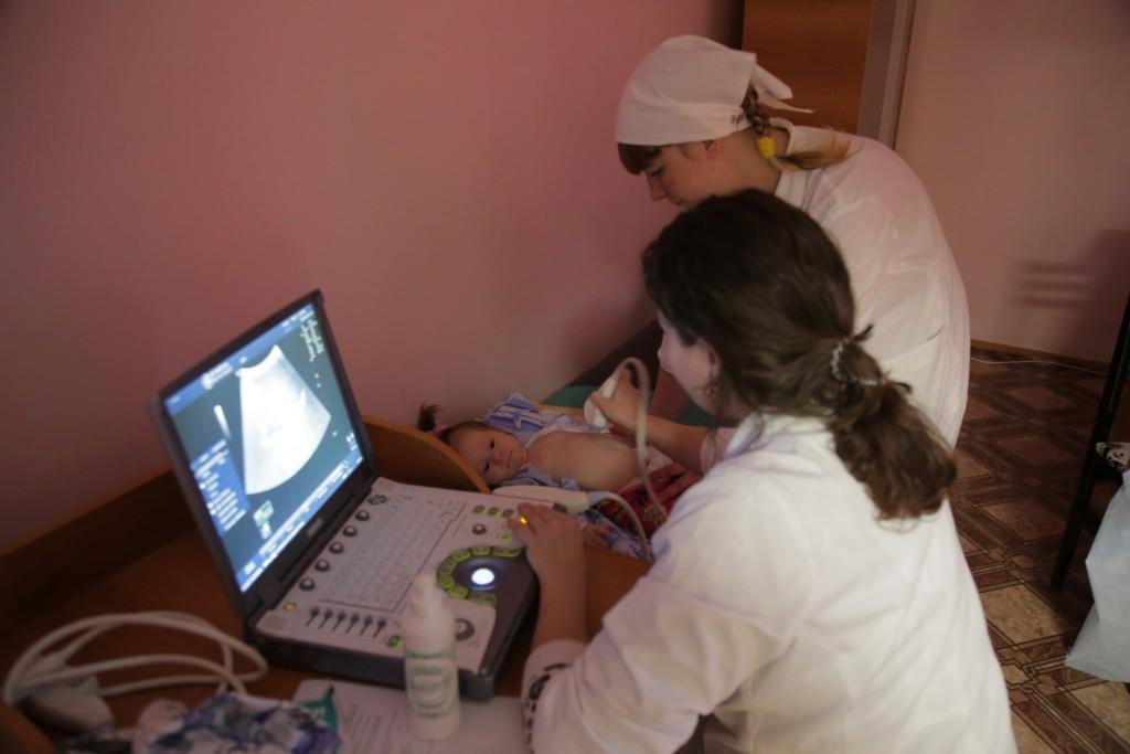 помощь врачей больным детяям