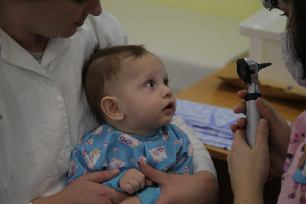 Врачи-волонтеры лечат детей-сирот